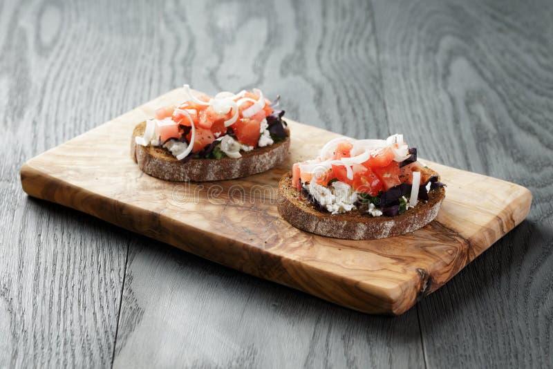 Rågsmörgås eller bruschetta med ricotta, örter och royaltyfria bilder