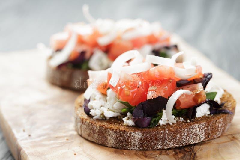 Rågsmörgås eller bruschetta med ricotta, örter och arkivbild