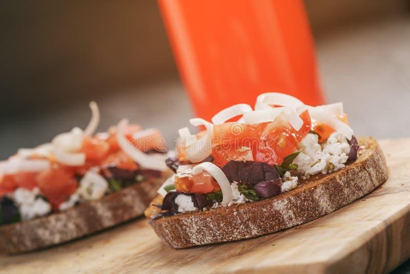 Rågsmörgås eller bruschetta med ricotta, örter och arkivbilder