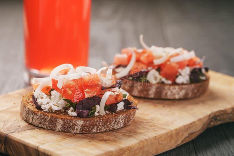 Rågsmörgås eller bruschetta med ricotta, örter och royaltyfria foton