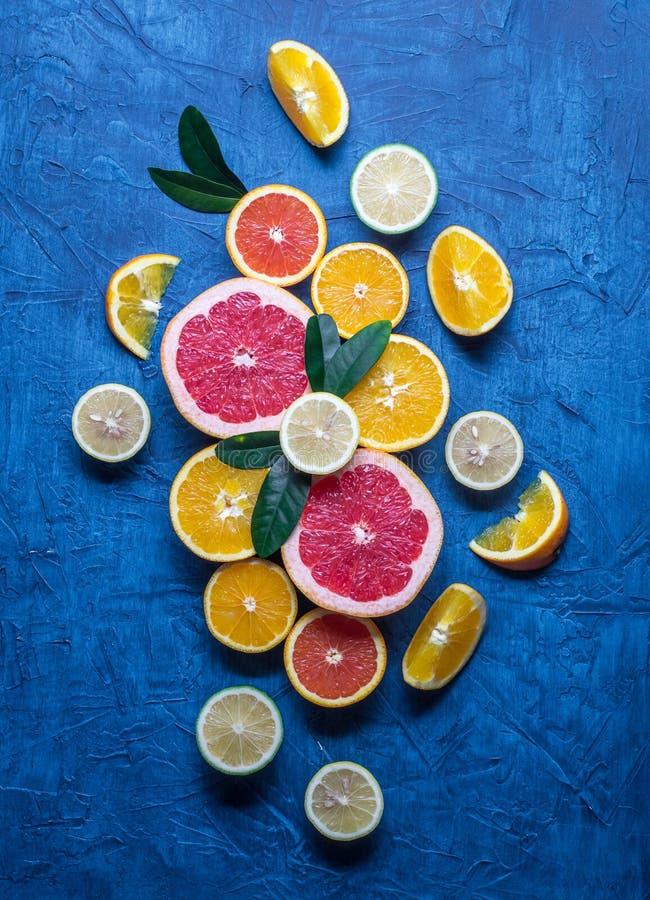 råkost: skiva citrusfrukter Apelsin tangerin, citron, limefrukt, grapefrukt fotografering för bildbyråer