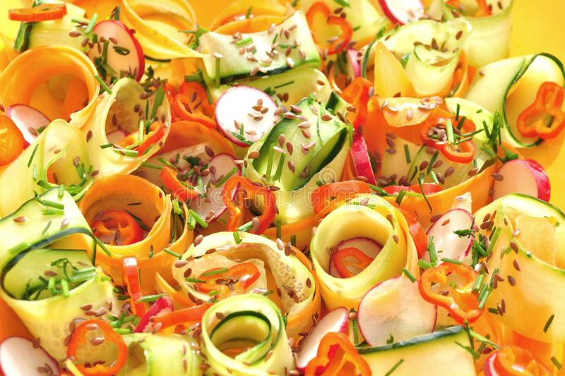 Råkostsallad med morötter och gurkan royaltyfria foton
