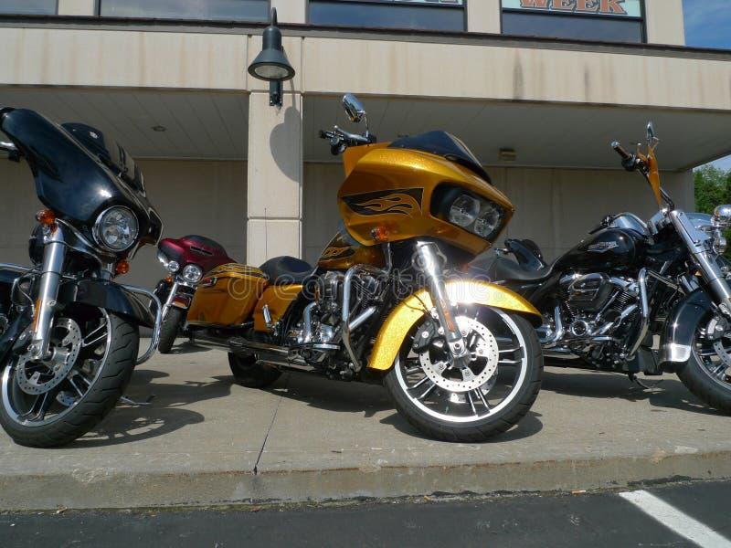 Råläder Harley Davidson, Olathe, KS, motorcyklar på till salu skärm royaltyfria bilder