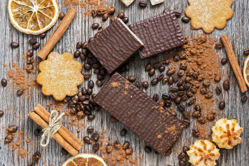 Rån i choklad med kex på en träyttersida, bästa sikt royaltyfri foto