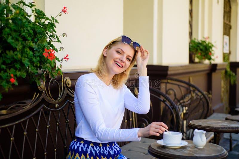 Råna av bra kaffe i morgon ger mig energiladdningen Har den eleganta lyckliga framsidan för kvinnan kaffekaféterrassen utomhus fl arkivbilder