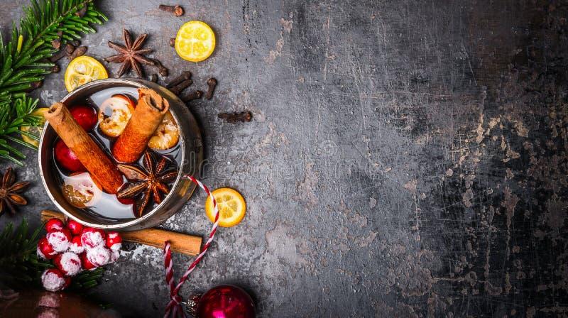 Råna med funderad vin och julgarnering på mörk bakgrund, bästa sikt arkivbilder