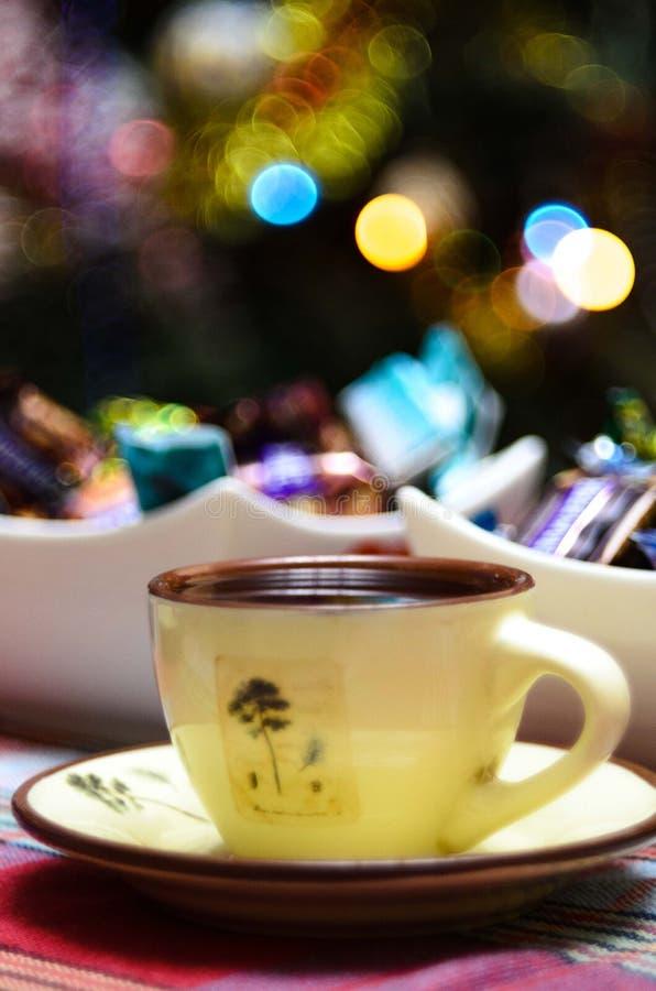 Rånar vitt kaffe för emalj koppen av den varma drinkdrycken för kakao arkivfoto
