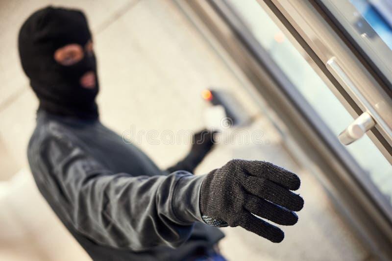 Rånare som använder elektronisk tangent royaltyfri bild