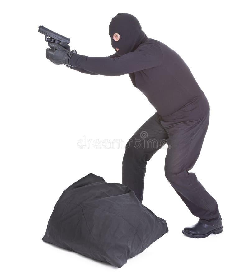 Rånare som siktar med hans vapen royaltyfri bild