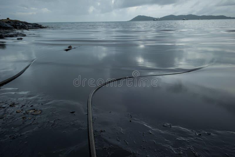 Råolja längs stranden av Ao Phrao efter en närliggande oljeutsläpp i golf av Thailand royaltyfri fotografi