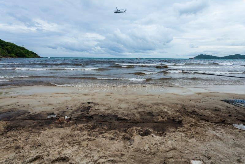 Råolja på stranden på oljeutsläppolycka arkivbilder
