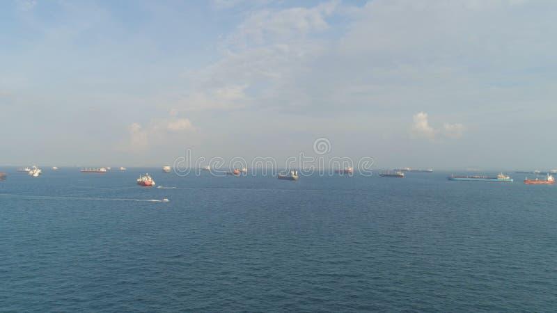 Råoljatankfartyg och LPG-päfyllning i port på havssikten från över skjutit Landskap från fågelsikt av att skriva in för lastfarty royaltyfri bild
