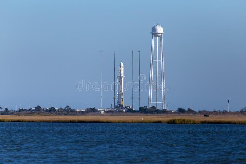RÅSOPÖ, VA - OKTOBER 28, 2014: En Orbital Vetenskaper Corp Den Antares raket är klar för lansering på NASAS lättheten för råsopfl arkivbilder