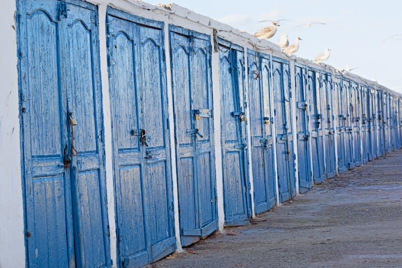 Rått av blå dörr i fiskeläge royaltyfri foto