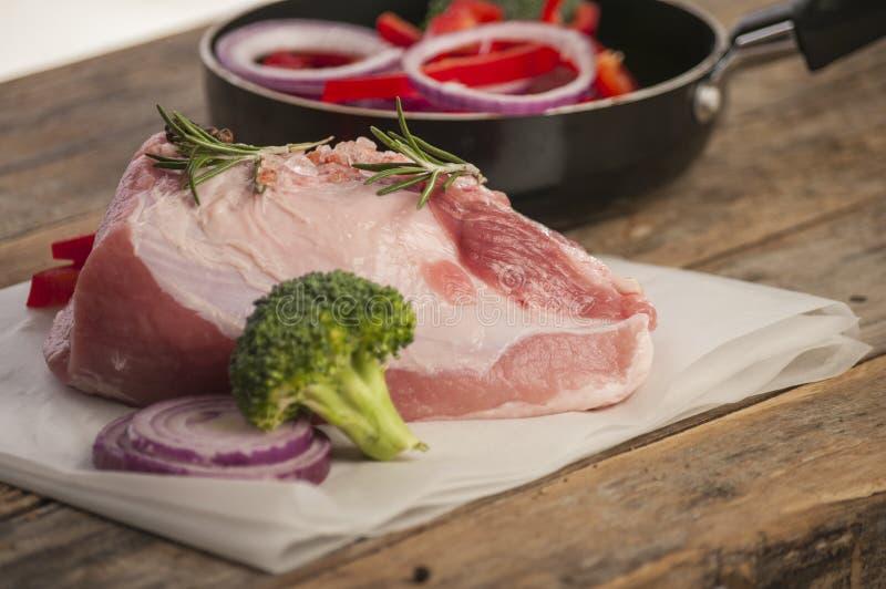 Rått griskött med grönsaken arkivfoto