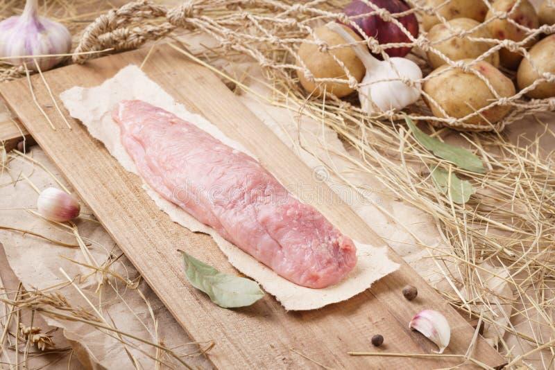 Rått grisköttkött - fläskkarré eller filé Nytt kött och ingredienser royaltyfri bild