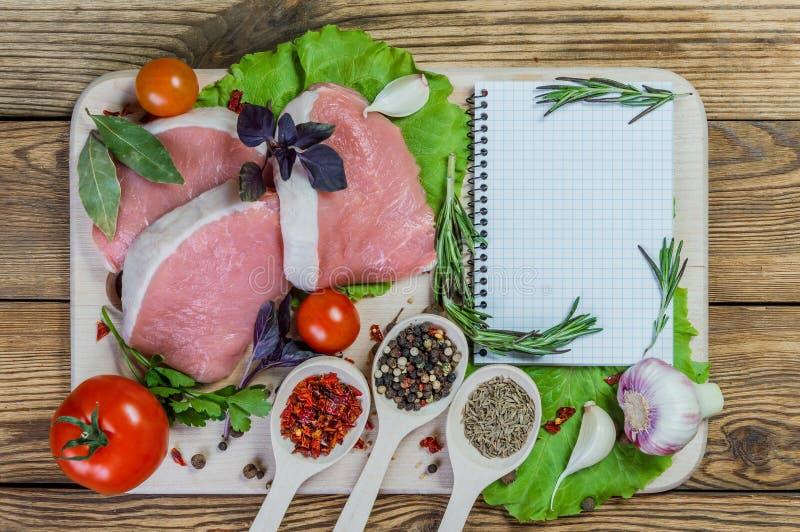 Rått grisköttkött och kryddor arkivbilder