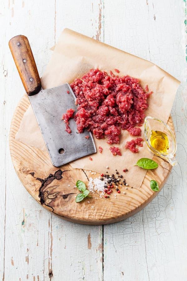 Rått huggit av kött och köttköttyxa royaltyfri fotografi