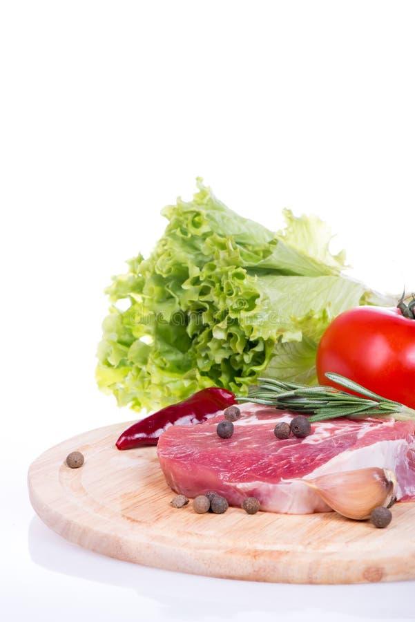 Rått isolerade kött, grönsaker och kryddor royaltyfria foton