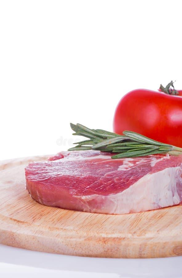 Rått isolerade kött, grönsaker och kryddor royaltyfria bilder