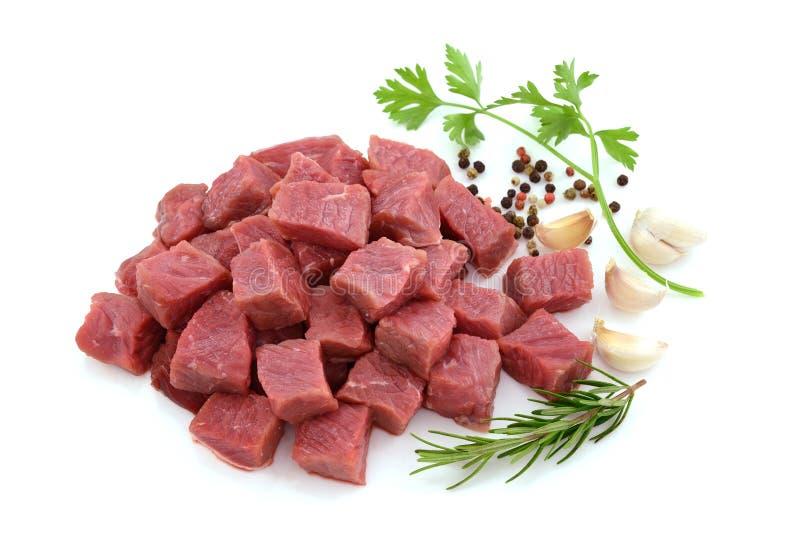 Rått kött, nötköttbiff som skivas i kuber arkivbilder