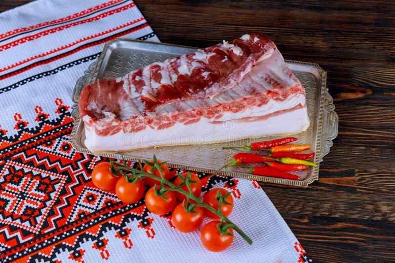 Rått kött späcker bacon som marineras för att laga mat royaltyfri fotografi