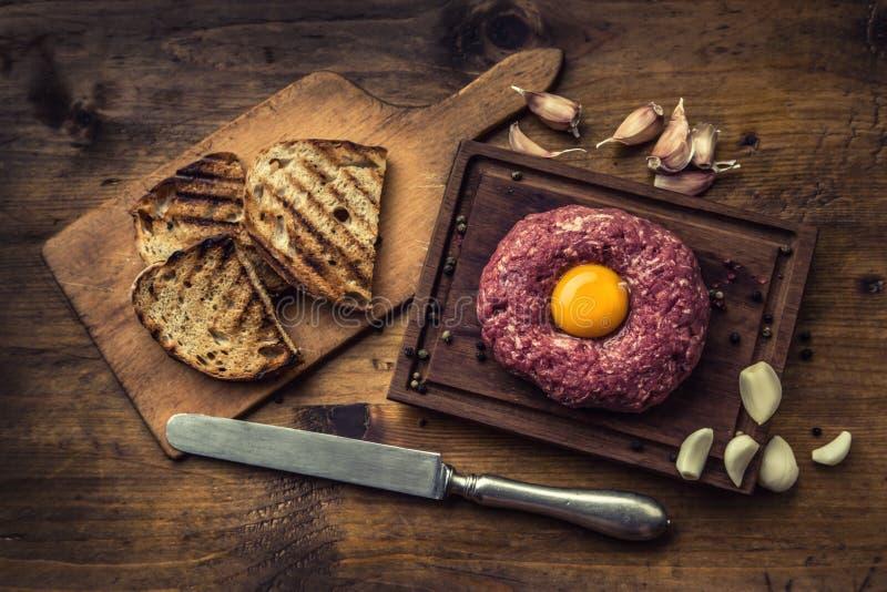 rått nötkött Smaklig tartarbiffstek Klassisk tartarbiffstek på träb royaltyfri bild