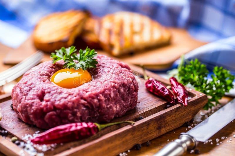 rått nötkött Smaklig tartarbiffstek Klassisk tartarbiffstek på träb royaltyfri foto