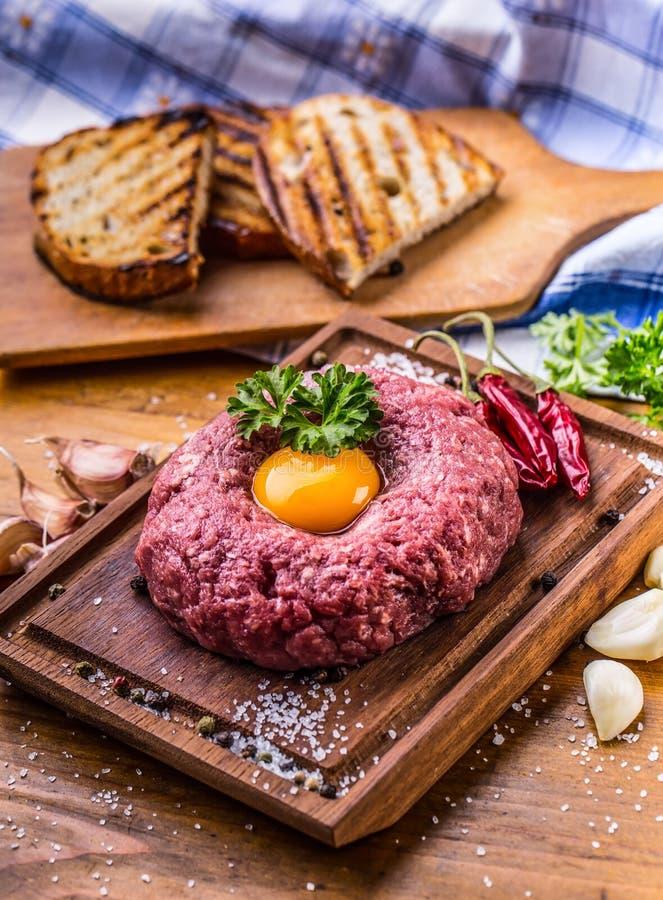 rått nötkött Smaklig tartarbiffstek Klassisk tartarbiffstek på träb fotografering för bildbyråer