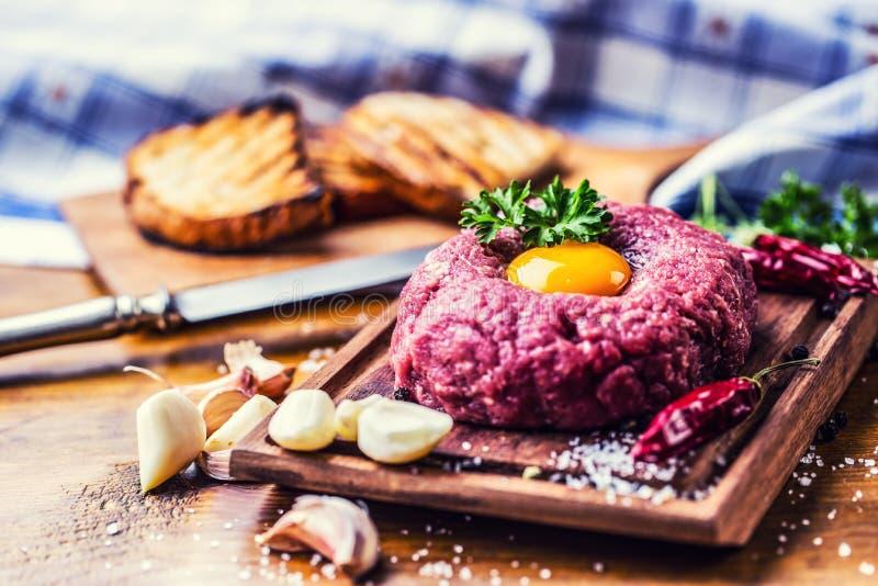 rått nötkött Smaklig tartarbiffstek Klassisk tartarbiffstek på träb arkivbild