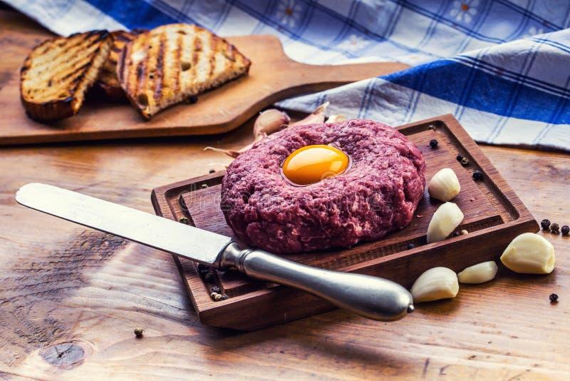 rått nötkött Smaklig tartarbiffstek Klassisk tartarbiffstek på träb royaltyfria foton