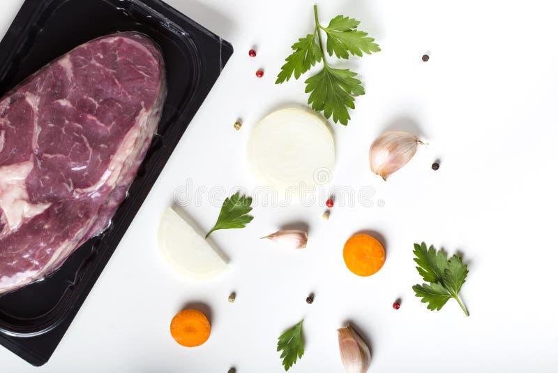 Rått nötköttkött och örter med grönsaker arkivbild
