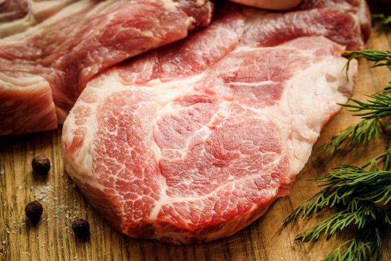 Rått nytt kött och kniv på träskärbräda royaltyfri fotografi