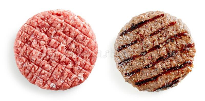 Rått och grillat hamburgarekött royaltyfri foto