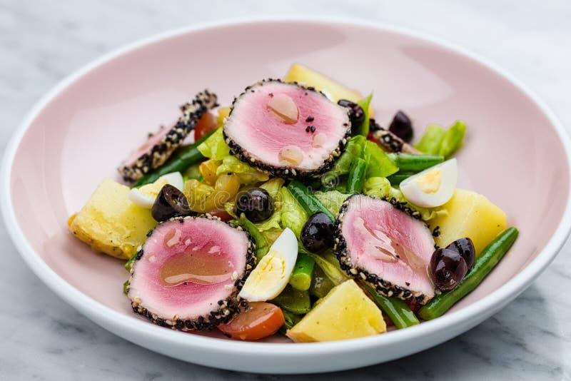 Rått och nytt tonfiskkött med sallad för sesam och för ny grönsak fotografering för bildbyråer