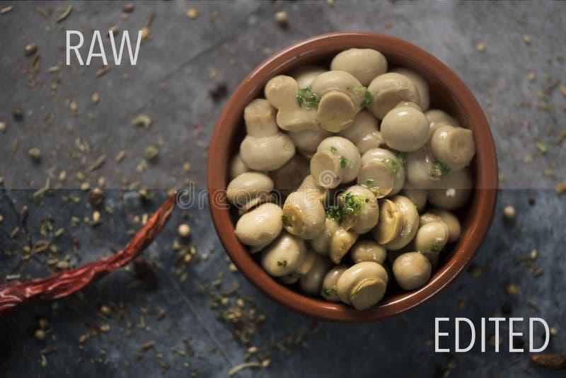 Rått och redigerat foto av några lagade mat champinjoner arkivbild