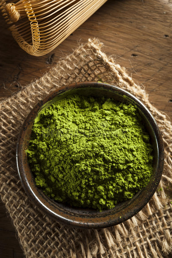 Rått organiskt grönt Matcha te arkivbilder
