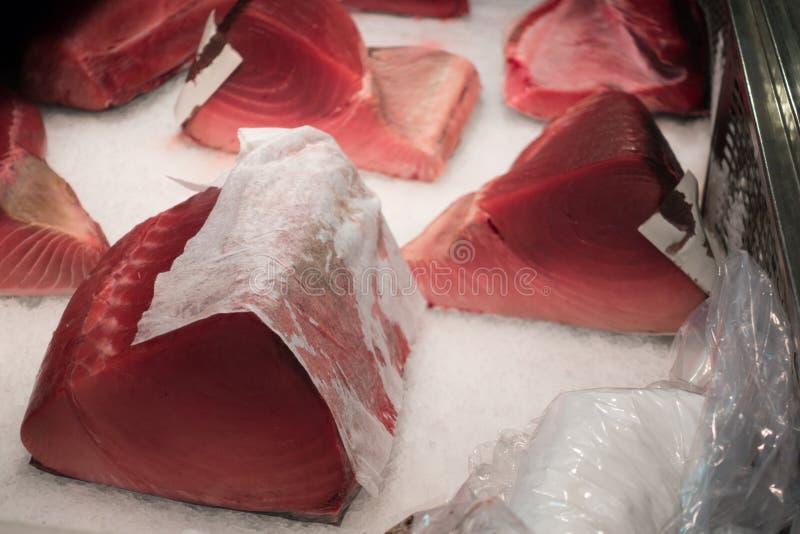 Rått skivat fisklager för tonfisk på marknaden för Tsukiji havsmat arkivbild