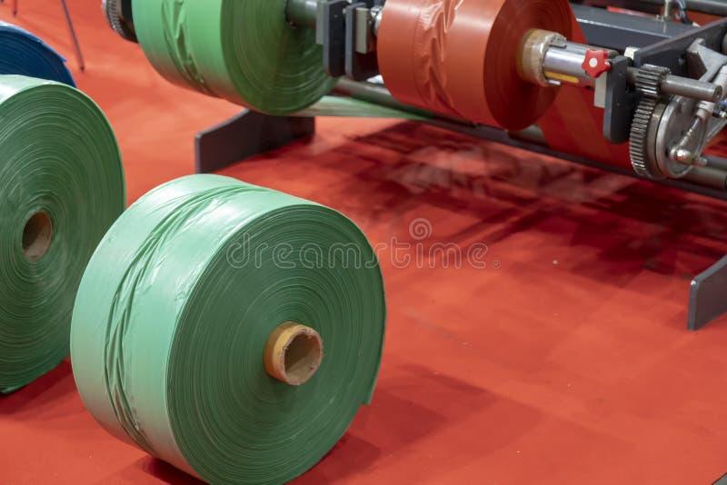 Råvaran för plastpåseproduktion arkivfoto