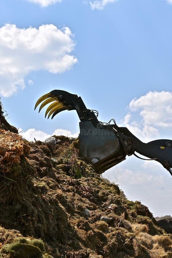 Règlages d'herbe d'empilage dans la pile de compost photos stock