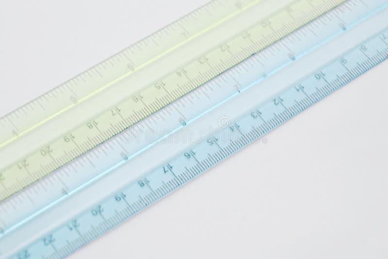 Règle en plastique colorée sur le fond blanc images libres de droits