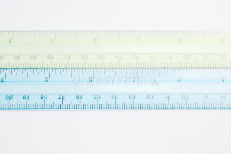 Règle en plastique colorée sur le fond blanc photographie stock