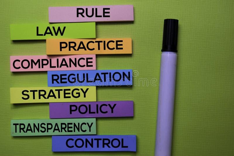 Règle, loi, pratique, conformité, règlement, stratégie, politique, transparent, texte de contrôle sur les notes collantes d'isole photographie stock libre de droits