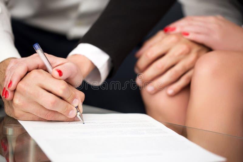 Règlement de mariage singning d'homme images stock