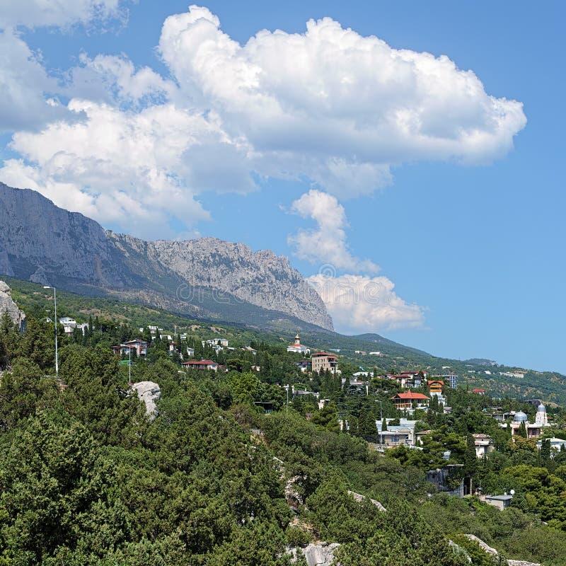 Règlement et nuages de Simeiz au-dessus de la montagne AI-Pétri dans le crime image libre de droits