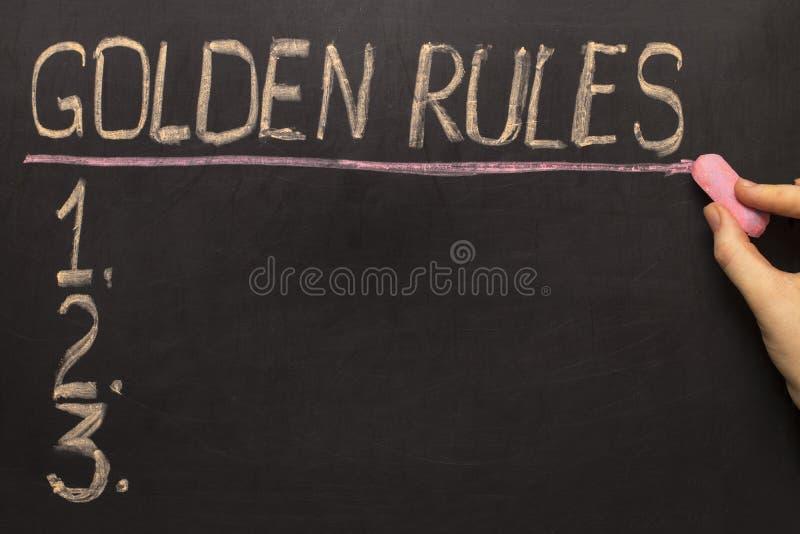 Règles d'or - sur le tableau noir avec la craie photographie stock
