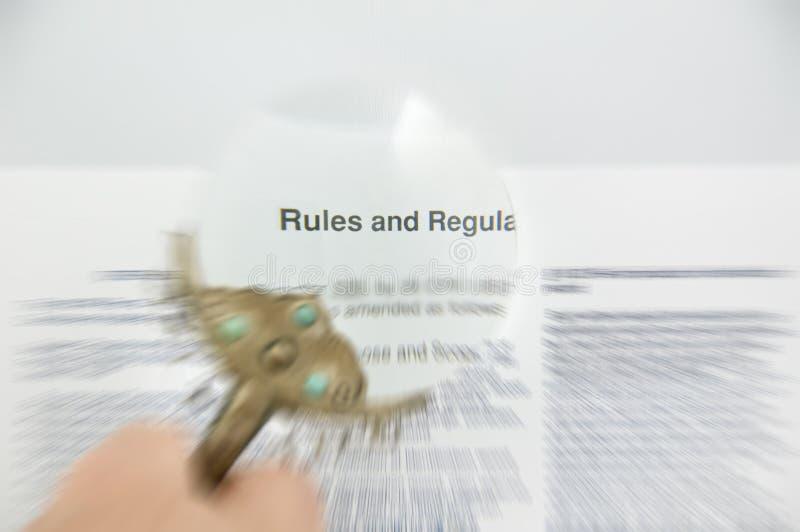 Règles et document brouillé par règlements images libres de droits
