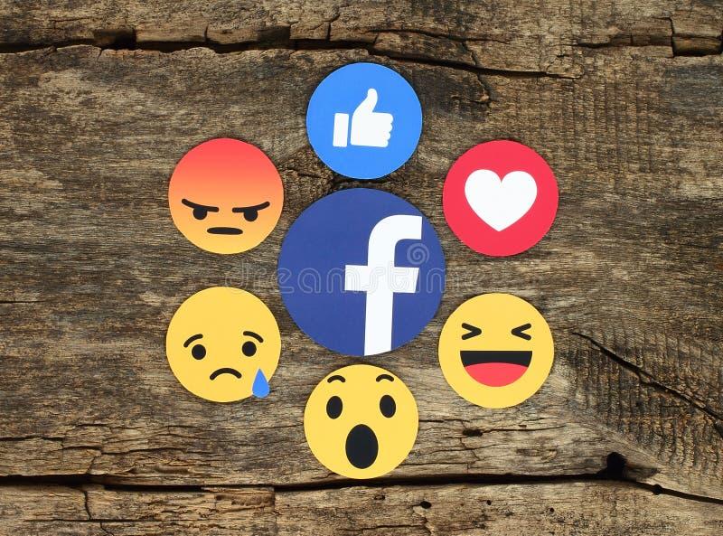 Réactions compréhensives d'Emoji sur le fond en bois illustration de vecteur