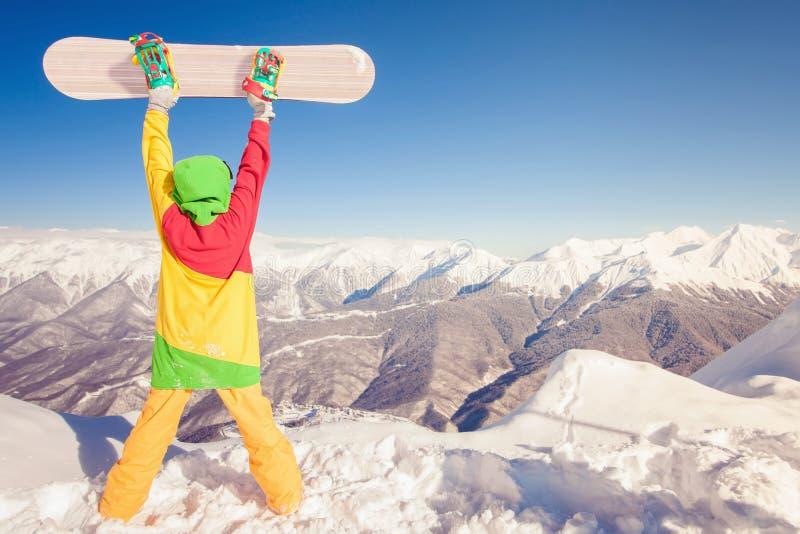 Réalisez le snowborder à la haute montagne au Suisse photo libre de droits