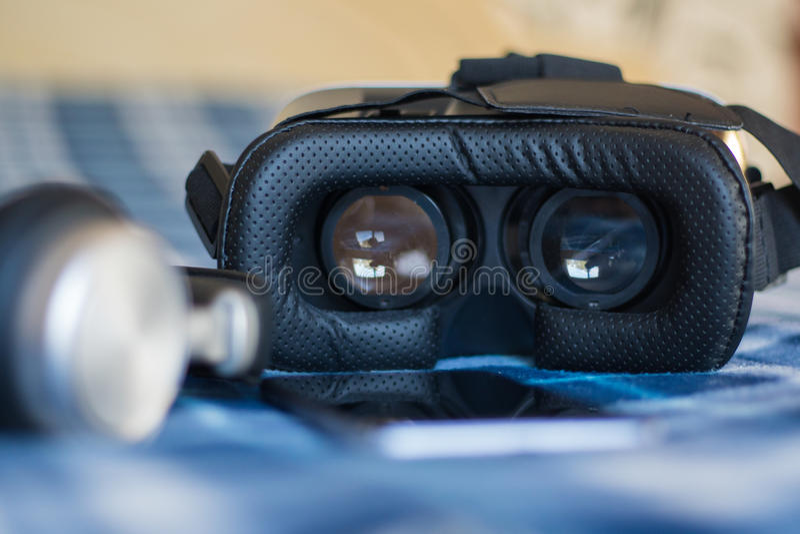 Réalité virtuelle, helmetбsmartphone de VR et écouteurs avec le vert image libre de droits